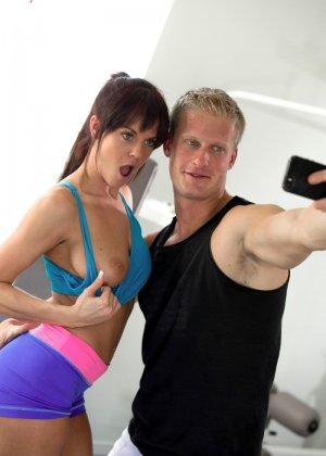 Двое занимаются спортом, а затем устраивают хороший секс прямо в тренажерном зале и удовлетворяют друг друга - фото 5