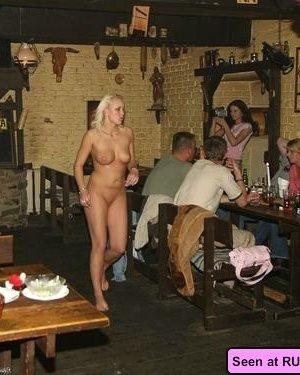 Пьяные голые девки позволяют мужикам лапать себя и сидят у них на коленях - фото 4