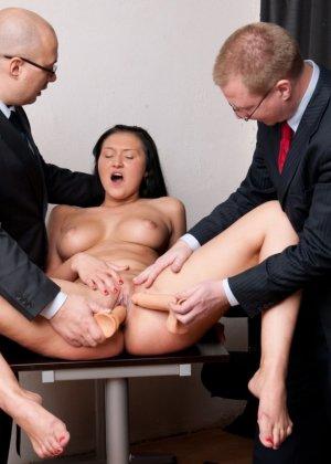 Два зрелых парня издеваются над красоткой суя ей в пизду секс игрушки - фото 12
