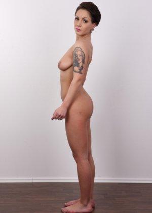 В чешском кастинге участвует девушка, которая демонстрирует свои татуировки на обнаженном теле - фото 11