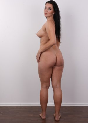 Красивая брюнетка с натуральными дойками на фото кастинге в порно бизнес - фото 13