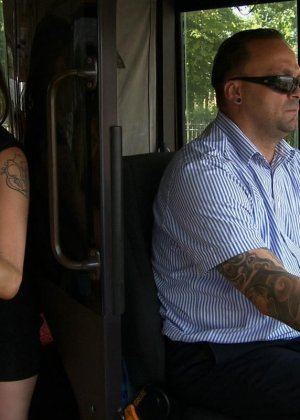 Горяченькая малышка берет в ротик у парня на публике в автобусе - фото 9