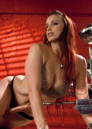 Сексуальная брюнетка с большими сиськами тащится от секс машины - фото 2