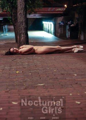 Девушка словно воссоединяется с природой и ночным городом - фото 3- фото 3- фото 3