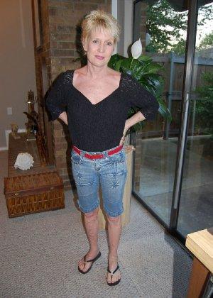 Опытная блондинка в голом виде показывает свои принадлежности - фото 1