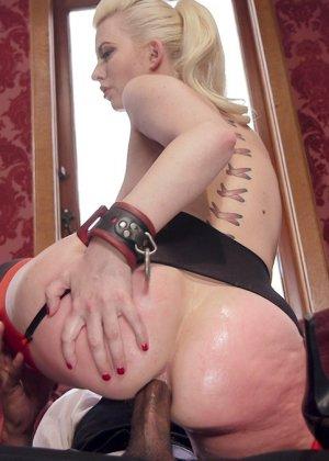 Две девушки оказываются в подчинении у одного мужчины и старательно выполняют его прихоти - фото 14
