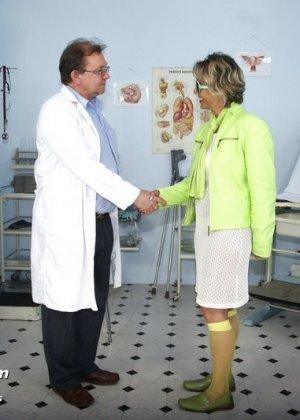 Зрелая Ванда приходит к врачу, он помогает ей раздеться и поудобнее устроиться для тщательного осмотра - фото 1