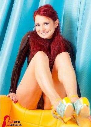 Красавица с рыжими волосами любит пошалить перед объективом фотоаппарата, она задирает ноги и показывает киску - фото 12