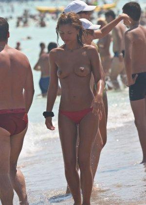 Галерея собрала в себе множество фотографий отдыхающих на пляже девушек - можно насладиться их красотой - фото 2
