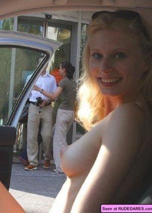 Сельские девки показывают всем свои голые сиськи, наверное, они хотят классного траха - фото 2