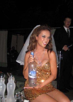 На свадьбе девушки развлекаются с резиновым парнем и делают фото - фото 1