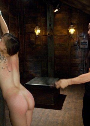 Подвешенной девушке с упругими сиськами парень вставляет член между ножек - фото 4