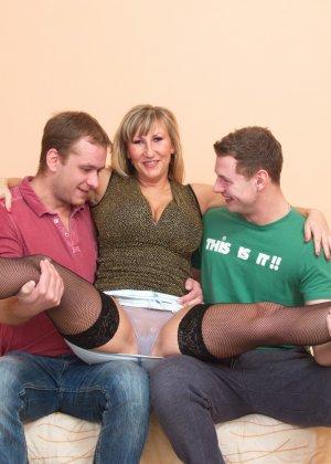 Два молодых парня стараются угодить зрелой женщине, ублажая ее с помощью нежных ласк - фото 4