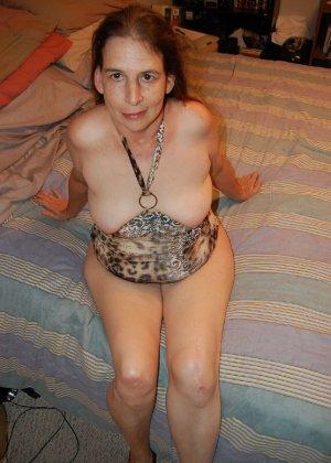 Зрелая телка с висящими сиськами стоит раком на кровати - фото 40- фото 40- фото 40