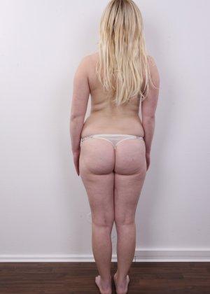 Блондинку на кастинге заставили оголить свое не очень красивое тело - фото 5