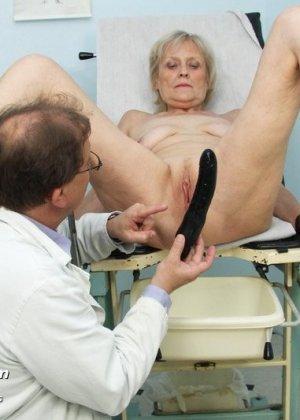 Женщина подставляет свою пизду для осмотра гинекологом и рада, когда ей вставляют вибраторы - фото 14
