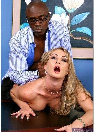 Секретарша с пухлыми сосками трахается со своим темнокожим начальником ради продвижения по карьерной лестнице - фото 10