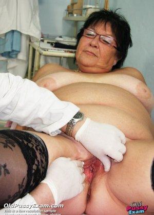 Зрелая женщина приходит на визит к гинекологу и она показывает ему все свои интимные части тела - фото 7