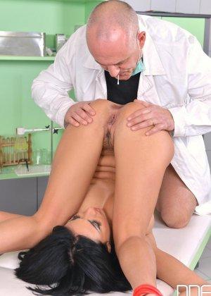 Шикарную брюнетку в больнице лысый доктор ебет раком в анал - фото 8