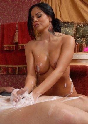 Брюнетка в пене – это очень сексуальное зрелище, особенно когда она скачет на члене - фото 14