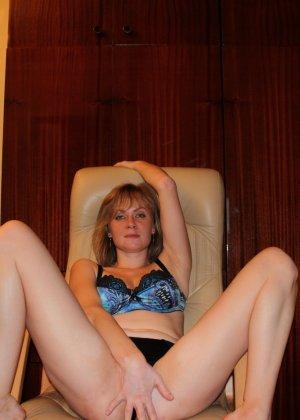 Опытная девушка ласкает свою вагину и делает качественные фото - фото 12- фото 12- фото 12