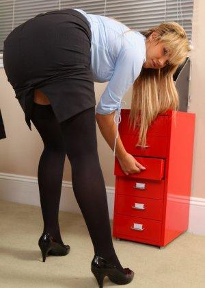 Офисная шлюха София Найт сексуально разделась, ожидая приезда своего возбужденного начальника - фото 6