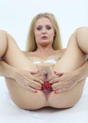 Не опытная блондинка трахает себя длинным пальчиком в попку - фото 3