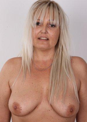 Блондинистая зрелая дамочка с пышными формами позволяет наблюдать за собой, показывая все части тела - фото 8