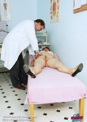 Зрелая женщина приходит на осмотр к гинекологу, а там оказывается мужчина, который вставляет расширитель - фото 5