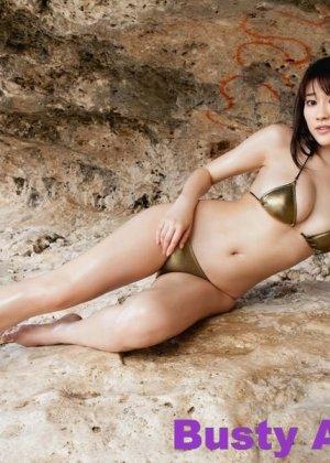 Японская фото модель любит позировать в сексуальных купальниках - фото 3