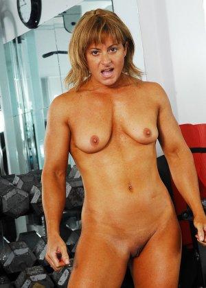 Тело этой женщины очень атлетично - она занимается бодибилдингом, но и про секс не забывает - фото 11