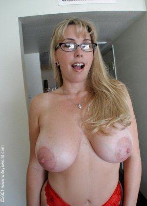 Медсестра с огромными сиськами отсасывает большой хуй у главврача, получая на лицо заряд спермы - фото 4