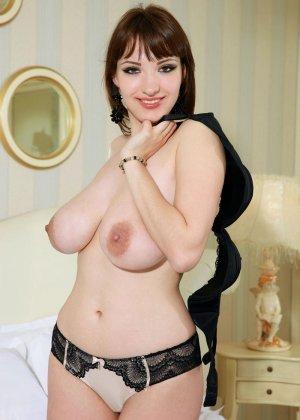 Девушка просто поражает своим объемом груди - фото 7