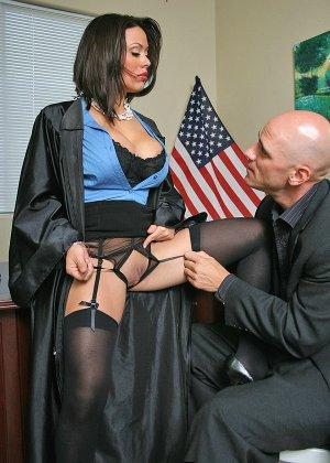 Темноволосая судья с огромными силиконовыми сиськами сосет хуй лысому адвокату, а затем позволяет себя выебать - фото 7