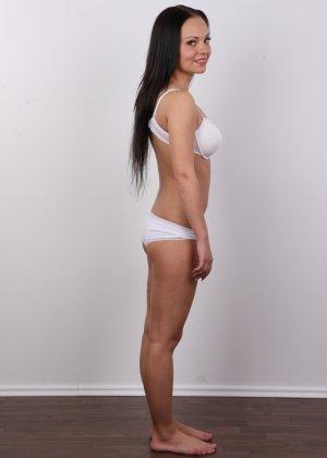 Брюнетка на кастинге в сексуальном белом белье улыбается на камеру - фото 7