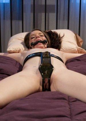 Красивые девушки в чулках ебутся в связаном виде на кровати в отеле - фото 11
