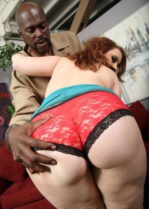 Рыжая шлюха любит черные большие члены, она снимет красные трусики и отдастся негру - фото 5