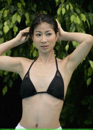 Азиатка с маленькой грудью медленно снимает с себя черный лифчик - фото 7