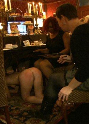 Девушка готова на множество унижений - ей нравятся различные эксперименты со своим телом - фото 10