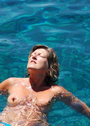 Отдых на море в эротических фото зрелой дамы на крутой фотик - фото 31