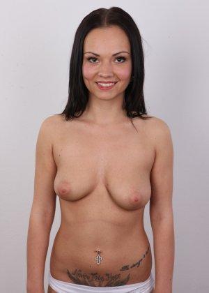 Брюнетка на кастинге в сексуальном белом белье улыбается на камеру - фото 9