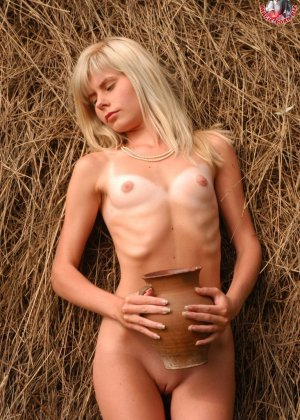 Худенькая блондинка оказывается на сеновале и поливает свое обнаженное тело молоком из кувшина - фото 6
