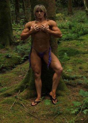 В лесной чаще можно насладиться подтянутым телом женщины, которая занимается бодибилдингом - фото 11
