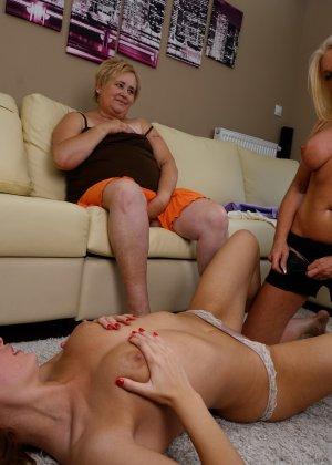 Две развратницы лижутся прямо на глазах у зрелой женщины, которую очень возбуждает это зрелище - фото 14