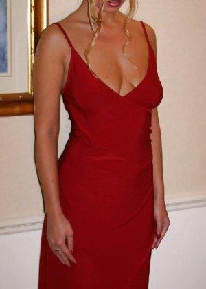 В красном платье сучка раздвигает свои длинные ножки и пизду - фото 2