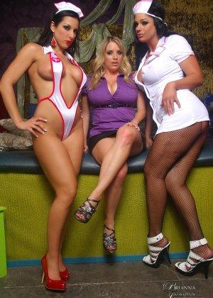 Бриана Джордан устроила приняла участие в шикарной лесбийской оргии вместе с двумя сексуальными медсестрами - фото 1