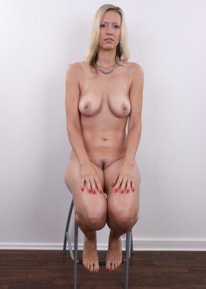 Горячая зрелая блондинка показывает все свои прелести - фото 15