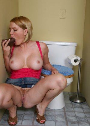 Девчонка с большими дойками сосет черный пенис в кабинете минета - фото 7