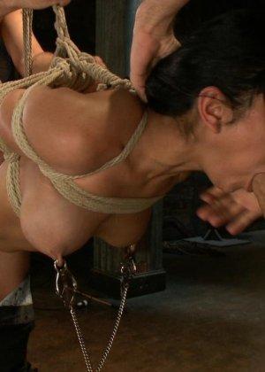 БДСМ с элементами жестокого порева заканчивается самым ярким оргазмом в жизни брюнетки - фото 15