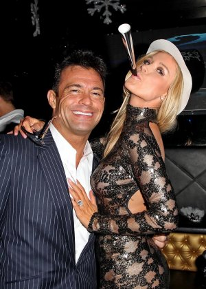 Блондинка Джоана Крупа обнимается со своим новым богатеньким мужиком - фото 16